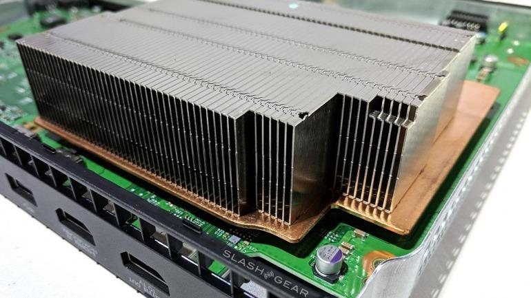 La refrigeración de Xbox One X es muy superior a la de la consola original. Imagen: SlashGear.