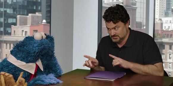 El inclasificable Tim Schafer, al que vemos hablando con el Monstruo de las Galletas, ha sido el principal impulsor del crowdfunding en la industria del videojuego.
