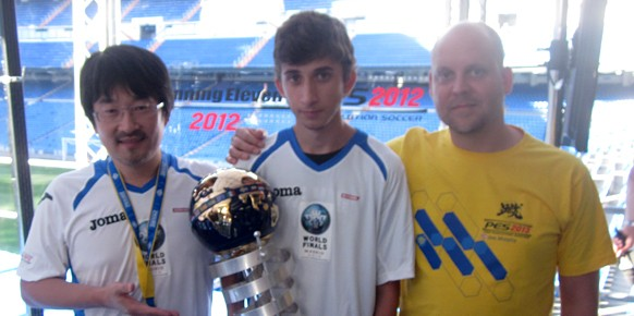 En el centro de la imagen PaUU24, el jugador español que se ha proclamado campeón mundial de PES 2012 de esta edición.