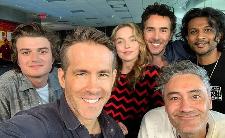 Ryan Reynolds con compañeros del reparto de Free Guy.